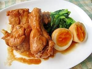 「さっぱりこっくり 鶏手羽元のさっぱり煮」手羽元もゆで卵も冷めたころにちょうどいい具合に味がしみているので、できれば早めに煮ておくとさらにおいしい。煮汁といっしょにご飯にのせてどんぶりもおすすめ。【楽天レシピ】