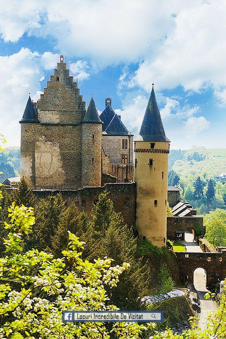 Castelul Vianden din Luxemburg este situat pe partea de sus a orașului.