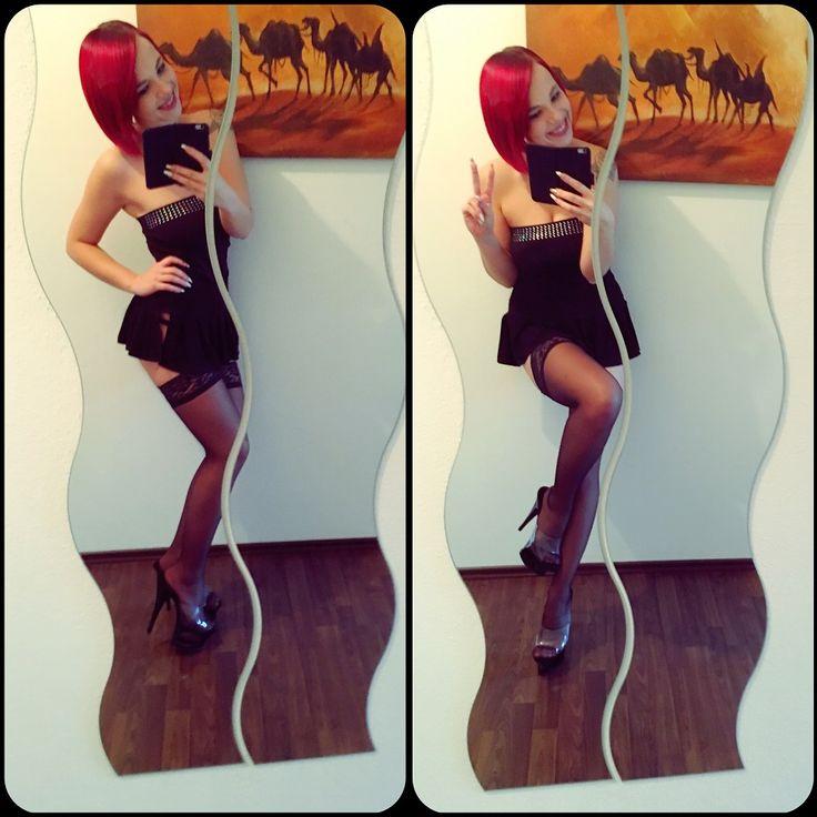 Nina Devil zeigt ihren Knackarsch im Minirock