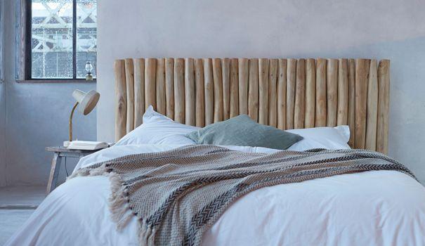 La tête de lit attire l'oeil dès que l'on entre dans la chambre et donne de la prestance au couchage. La tête de lit est un des éléments qui donne le ton à la déco de la chambre ; impossible donc de la négliger, mieux chouchoutez-la ! Têtes de lit capitonnées, en bois, avec rangements... Découvrez notre sélection de têtes de lit tendance et déco !