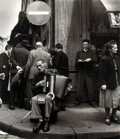 Accordéoniste rue Mouffetard, 1951  ¤Robert Doisneau.  Atelier Robert Doisneau | Site officiel