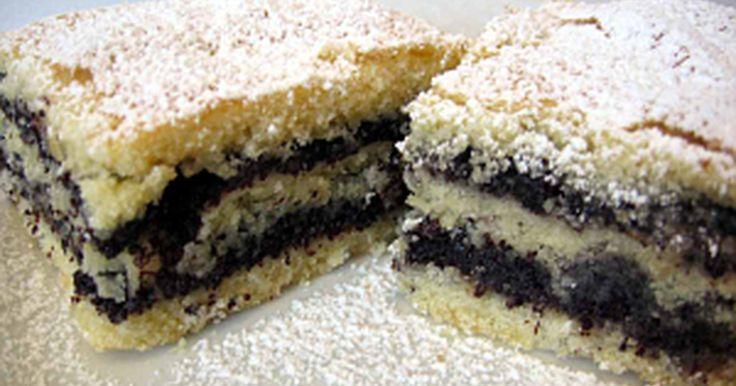 Mennyei Mákos sütemény recept! Ez a sütemény a mákkedvelők kedvence lesz! Egy igazi házias jellegű varázslat, mely gyorsan, és egyszerűen elkészíthető, akár különösebb rutin nélkül is!