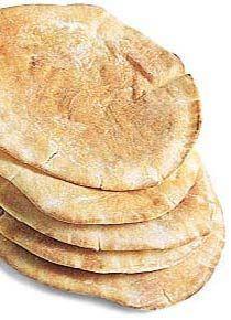 4 xíc. (chá) de acelga cortada em tirinhas  • 2 xíc. (chá) de rabanete em rodelas bem finas  • 8 fatias finas de rosbife magro cozido  • 16 col. (sopa) de queijo cottage  • 4 pães sírios cortados ao meio  • 4 col. (sopa) de gergelim torrado (para salpicar)  Molho  • 2 col. (sopa) de salsa picada  • 3 col. (sopa) de azeite de oliva  • 2 col. (sobremesa) de vinagre balsâmico (ou limão)  • Sal a gosto