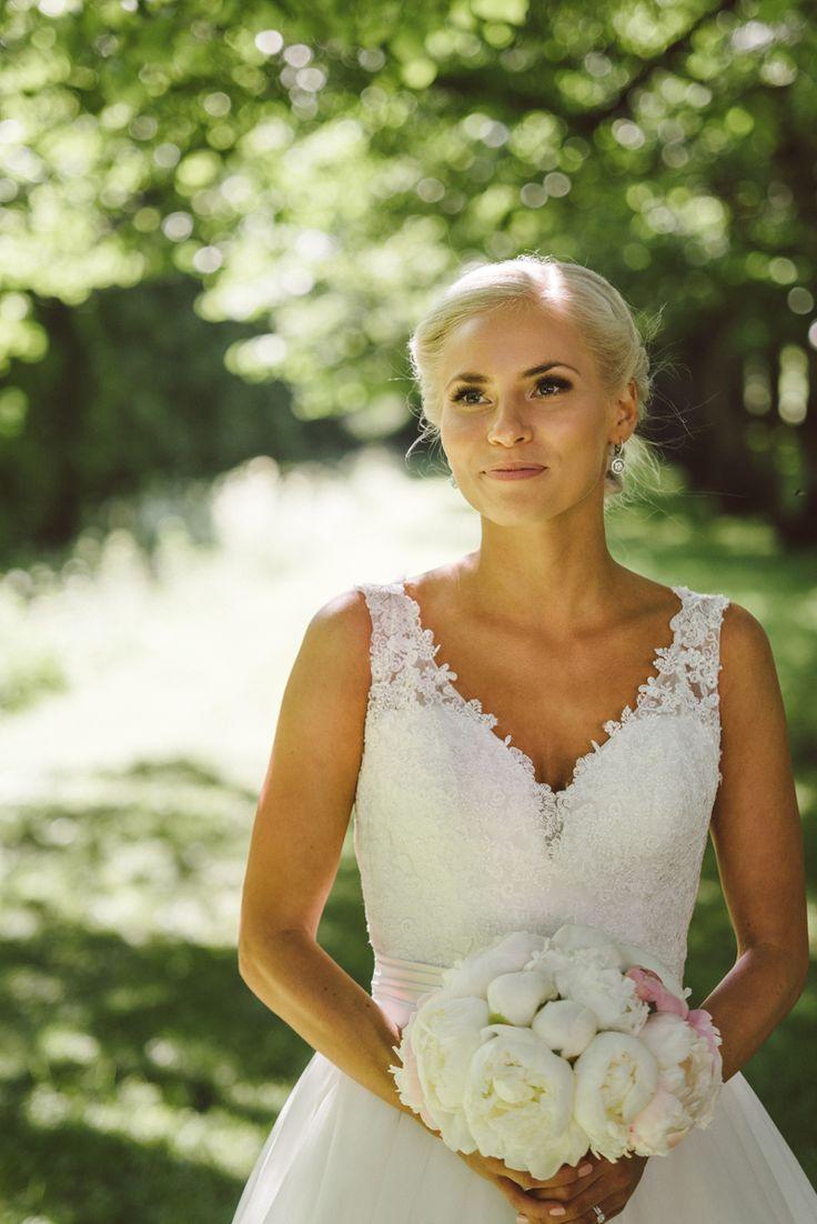 Classic beauty wedding look white lace wedding dress white peony wedding bouguet