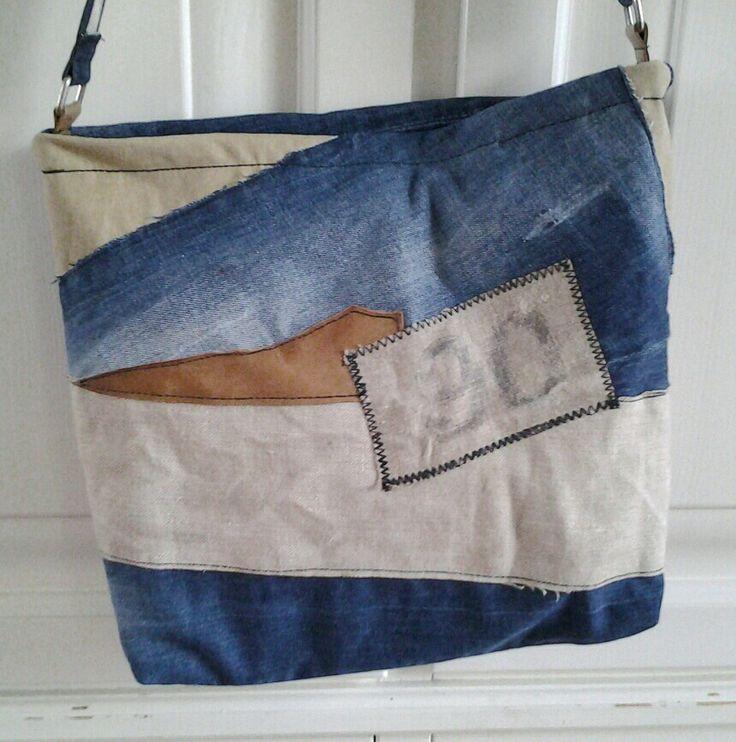 Tas gemaakt van een oude spijkerbroek, postzak en een restje leer.