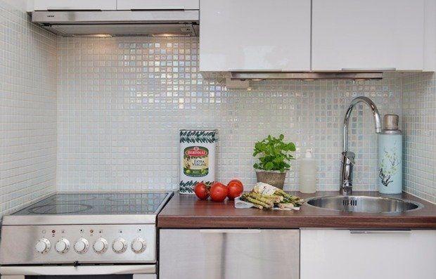 Планировка кухни – сложная задача. Здесь необходимо разместить и шкафы, и бытовую технику, и зону столовой. Обычно все перечисленное выстраивают по периметру помещения. Но есть и другие решения