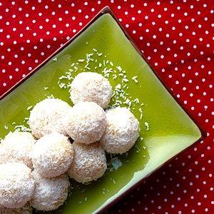 Deze sneeuwballen zijn lekker, makkelijk te maken én leuk om te zien! De bonbons zijn gemaakt van cake en mascarpone, het sneeuwlaagje maak je met kokos. Ook leuk als toevoeging bij het kersttoetje! http://dekinderkookshop.nl/recipe-items/sneeuwbonbons/