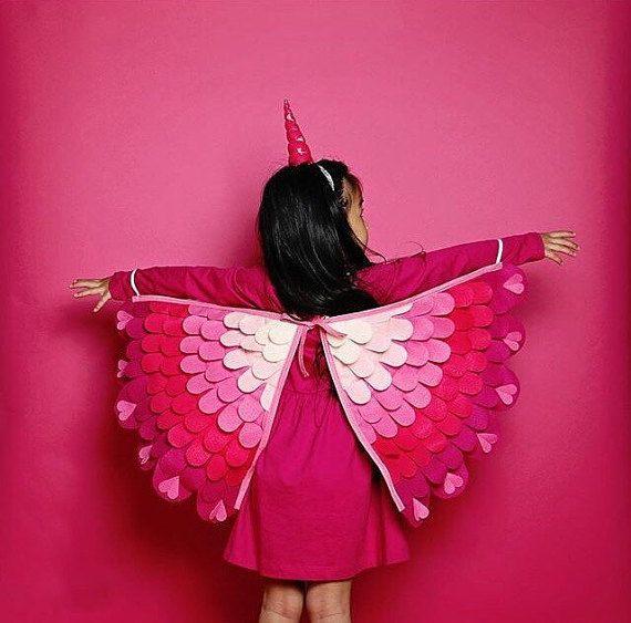 Cadeau d'un doux petit la Saint-Valentin pour votre Licorne spécial! Laissez imagination peu voler haut avec cette costume magique.  Artistiquement travaillés à laide de Eco-Fi se sentait, un feutre bel made in USA de bouteilles de plastique recyclées (yay! génial!) Les ailes ont épaule élastiques (sallume comme un sac à dos) et élastiques de poignet/pouce à lextrémité. Lespace entre les ailes est réglable pour grandir avec votre enfant. Cousu avec soin créant un jouet robuste pour dure...