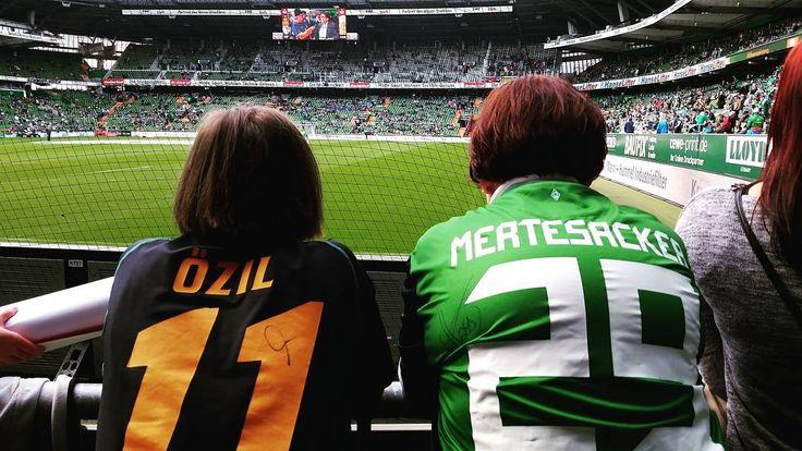 Hallo @m10_official Hallo Merte! Die Zeit vergeht wie im Flug. Es ist immer wieder schön in Erinnerungen zu schwelgen. 2009 war ein tolles Jahr. Erst schlagen wir den HSV und dann gewinnen wir den DFB-POKAL. Nicht zu vergessen das UEFA Cup Finale gegen Donezk. Wir beide vermissen euch nach wie vor und senden euch deshalb liebe Grüße aus eurem alten Wohnzimmer der Ostkurve! Das Foto wurde heute geschossen (19/09/15). Wir versuchen so oft wie möglich die Premier League zu schauen. Leider nur…