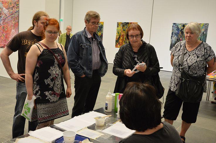 Taiteiden Yön vierailijat saavat Tilkkufröökynöiltä neuvoja ja niksejä käsitöiden tekemiseen. Luuppi, Oulu (Finland)