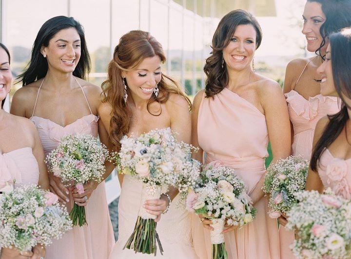 Para darle un toque femenino y elegante a los vestidos de tus damas de boda, nada mejor que diseñarlos en colores morado y rosa. Además de que forman parte de la tendencia en 2013, se verán perfectos y en completa armonía con el diseño y estilo de tu vestido de novia. Inspírate en esta galería y elige el indicado para que tus mejores amigas lo vistan el día de tu boda.