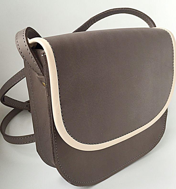 Basic vormgeving, naturel kleurgebruik, 100% kwaliteit rundleer, handmade. Bag Size Large.