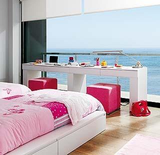 Este dormitorio tipo suite lo comparten dos hermanas. Un sueño con vistas al mar, una sala multiusos y un original cuarto de baño completan el espacio.