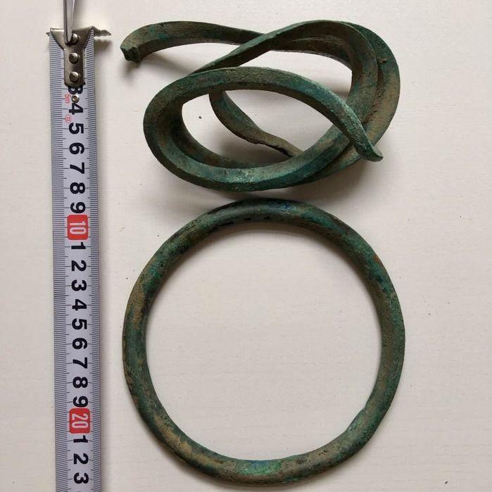 Bronze Age twee armbanden voor de onderarmen (een cirkel en een spiraal resemblic een slang)  Leeftijd van twee armbanden voor de onderarmen bronseen cirkel en een spiraal resemblic een slang.9E-10E BC.De cirkel een intact is de spiraal wordt ingedrukt gepletanders zowel met groene patina en interessant voorbeeldvan de Bronstijd versieringen.Materiaal: Brons met groene patina.Datum: 9e-10e eeuw VC.Grootte: zie foto's om een goede indruk te krijgen.Conditie: Goed zie foto's om een goede…