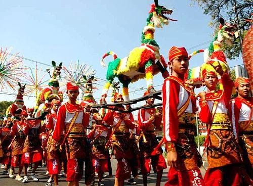 Carnival theme Dugderan Semarang Semarang degree of local wisdom, begins with a ceremonial departure and dance accompanied by a procession dugder creative children Semarang.
