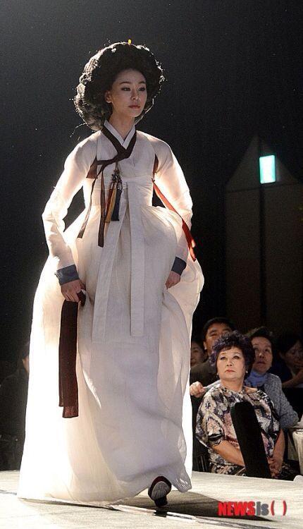 white hanbok. Joseon dynasty. kisaeng hairstyle