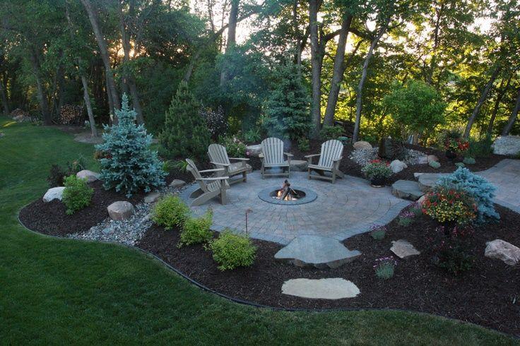 Zweiter Sitzplatz im Garten mit Feuerstelle, gepflastert