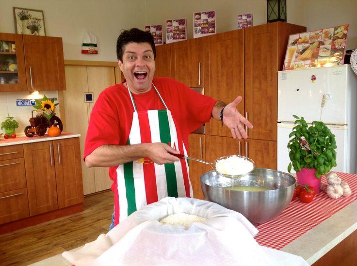 Majkl nám ukazuje, v tomto videu, jak se dělá sýr mozzarella z čerstvého mléka. Doporučuje použít čerstvé mléko od farmy, protože mléko od farmy je tuční a s...