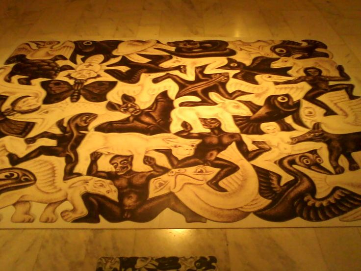 """Quebra-cabeças no chão da exposição """"A Magia de Escher"""" - O artista sempre brinca com o mito do """"certo e errado"""" do """"possivel e impossivel"""" e do """"bem ou mal"""" nos fazendo pensar se realmente existe uma verdade universal ou brincando com o ditado """"a maldade está nos olhos de quem vê"""""""
