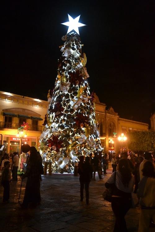 Árbol de Navidad en la plaza Principal de León, Gto.