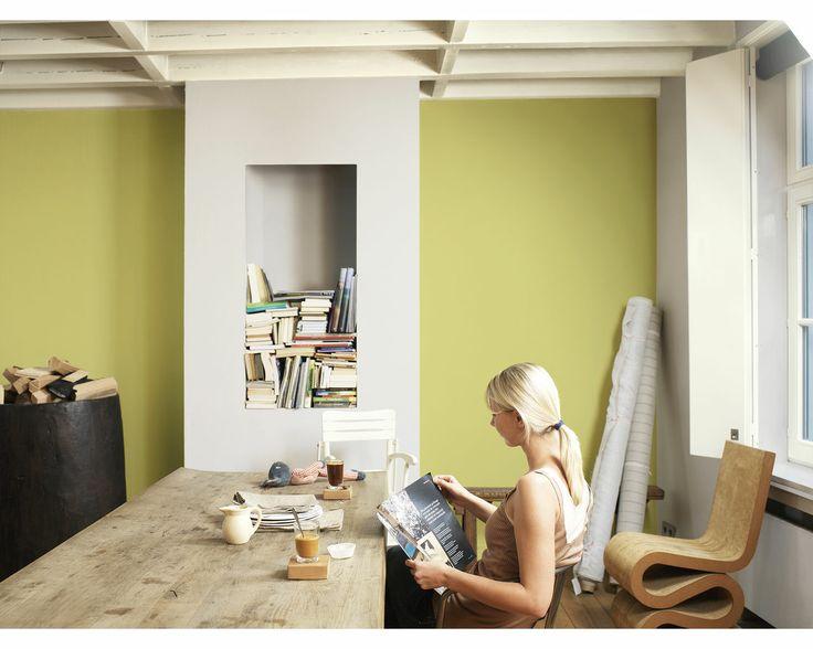 Restez nature avec une salle à manger verte. Les teintes terreuses de vert soulignent la beauté naturelle de cette table d'hôte en bois rustique et de la palette de couleurs naturelles.