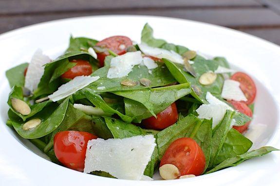 Špenátový salát s rajčaty.  Tento salát je obzvláště vhodný pro doplnění přírodního zdroje kyseliny listové, která má zásadní význam v období plánování těhotenství.