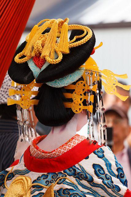 Amazing geisha headdress. I've not seen one with this many embellishments. Gorgeous!