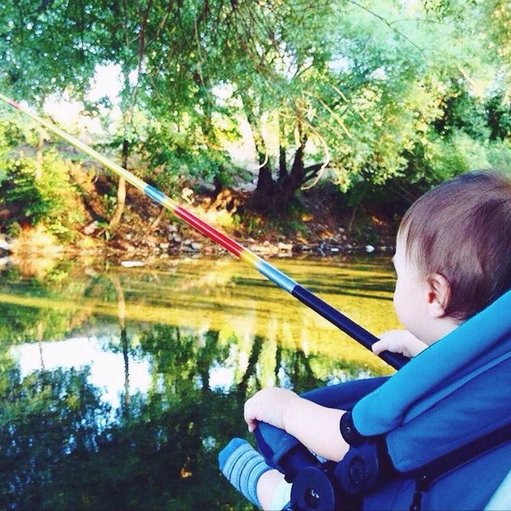 NEO's high sitting position allows them playing adult...both in a table or going fishing.   #baby #funny #children #playing #playingadult #fishing #rod #fishingrod #childhood #babyslife #river #high #chair #concord #stroller #features #concordoneo #concordatrollers #pushchair #cochecito #poussette #passeggino #babyproduct #repost