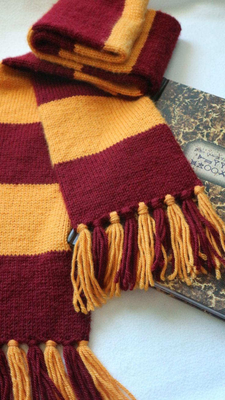 """Esta mini-colección está pensada para todos lospotterheadstejedores.He creado una mini-colección compuesta por 4 proyectos: una bufanda, un cuello, un gorro y unos mitones.Estos proyectos están pensados para que puedas personalizarlos con los coloresde tu casa de Hogwarts.La inspiración para realizar esta colección es el mundo creado por J.K. Rowling y la sagade libros sobeHarry Potter, llevada al cine. Cada uno de los proyectos lleva parte del lema de Hogwarts:""""Draco dormien..."""