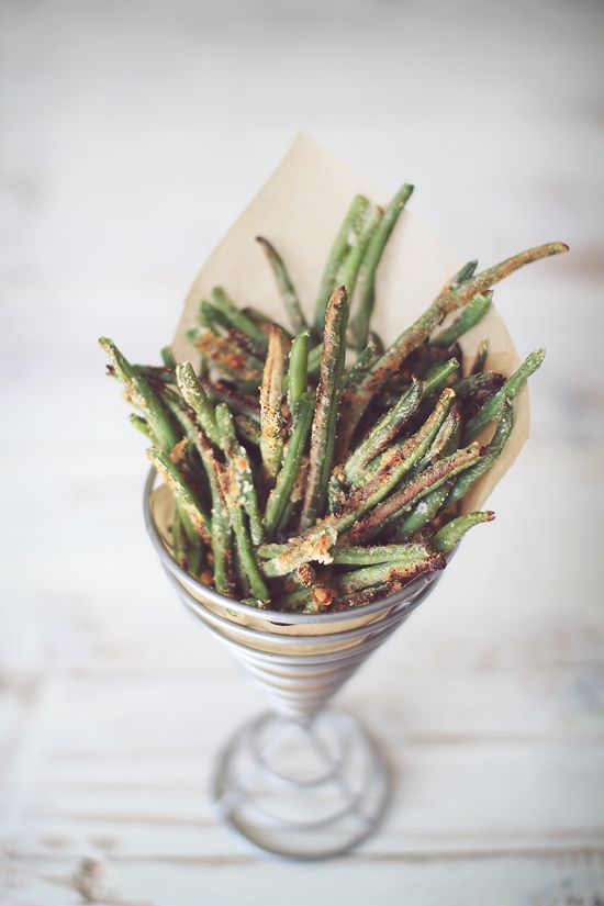 Crispy Baked Parmesan Green Bean Fries  1 (14 oz)	Bag of frozen whole green beans (or about 4 cups fresh)  1/4 cup	Parmesan cheese, grated  1/2 tsp	Garlic powder  1/4 tsp	Salt (or to taste)  1/8 tsp	Pepper (or to taste)