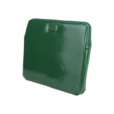 18,99€ - Funda para tablet Benetton - Cierre con cremallera, en charol color verde-La mejor moda italiana. Cómprala en https://www.lapasareladelamoda.com/home/1349-benetton-borsa-inicio-benetton-8033594955540.html