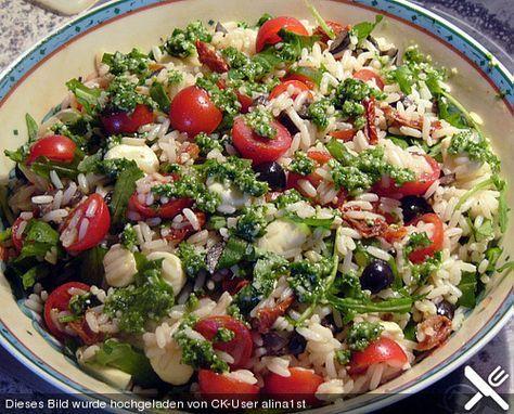 Italienischer Reissalat mit Tomaten, Rucola und Mozarella
