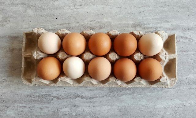 Jajka na śniadanie - w tym artykule znajdziecie siedem sposobów na zdrowe i szybkie śniadanie w domu z jajkiem w roli głównej.