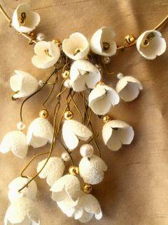 Νυφικό Κολιέ σύρμα Ορείχαλκου με πέρλες και λουλούδια από κουκούλι του μεταξοσκώληκα! Λαιμαριά σύρμα με κουκούλιφυσικό χρώμα Αυτό κι αν είναι νυφικό κόσμημα!! νυφικό βραχιόλι κουμπάρας ή νύφηςσε …