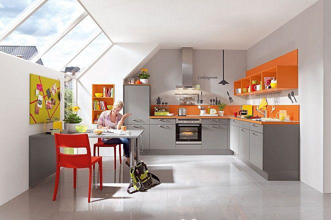 Keukenloods.nl - Keuken 50:  Moderne hoekkeuken met trendy bovenkasten in de kleur oranje.