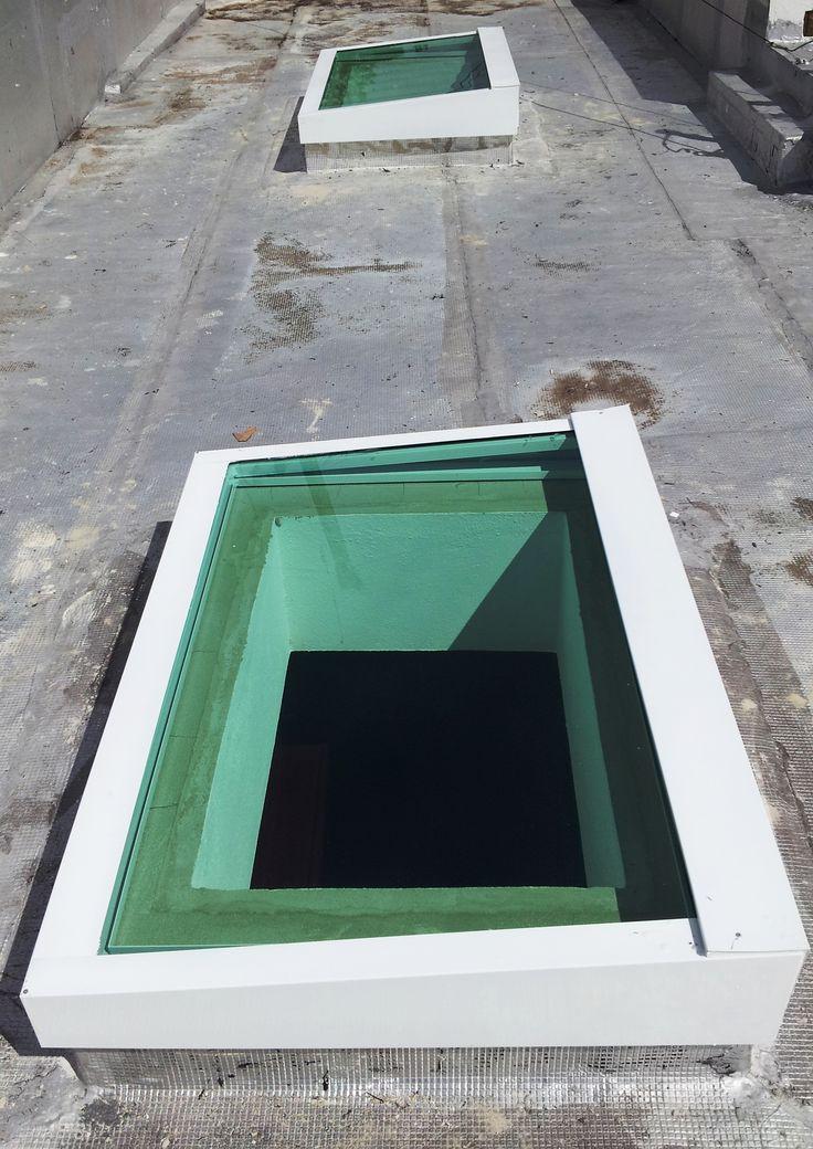 "Doble Tragaluz en UN AGUA sobre marquesina Aluminio blanco y cristal blue-green 9/16"" contra impacto."