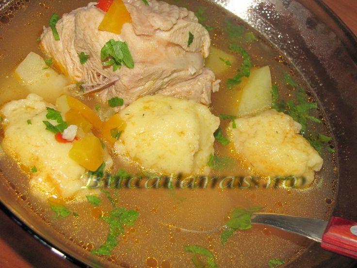 Reteta culinara Supa de curcan cu rosii si galusti de branza din categoria Supe. Specific Romania. Cum sa faci Supa de curcan cu rosii si galusti de branza