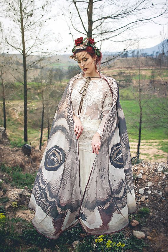 This beautiful cloak is made in printed fabric. Is soft and delicate. Transparent on the both sides, one lighter that the other.  FABRIC OPTIONS (last pic of the item): -Muslin: 100% Cotton: Muslin, delicate, no shine, more rustic look. Transparent in both sides, one with softer colours than the other. THIS IS THE FABRIC SHOWN IN THE FIRST PIC OF THE ITEM.  -Chiffon: Synthetic. Lighter. Very soft fabric with a soft shine. Very Transparent. Colours are almost the same in both sides. THIS…