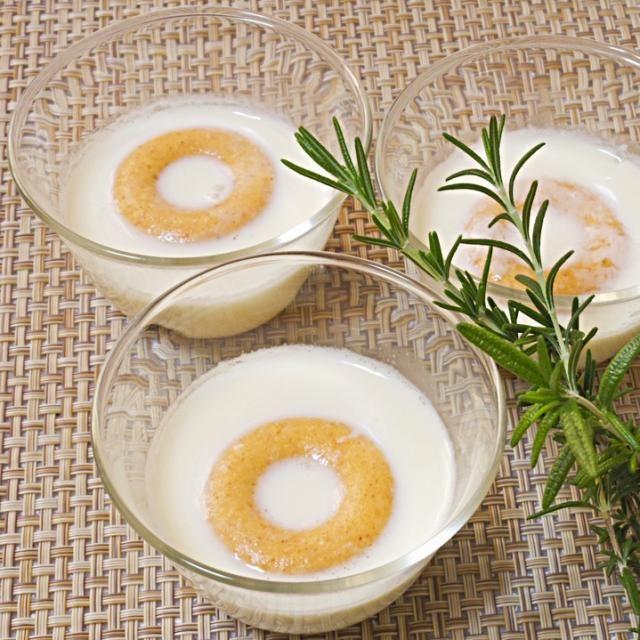 ゼラチン不要2種類のミルクプリンのコラボ*\(^o^)/* 広州名物という生姜ミルクプリンは、生姜汁に温めた牛乳で固まります。と言っても、プルプルまでいきません。ふるふるの、茶碗蒸しぐらいです。 せっかく牛乳を温めるので、ついでにお茶パックに入れたカモミールを煮出して、カラダ暖める安眠スイーツです。 柿プリンは、いろんな人がやってるから、もう有名だね一晩おくとしっかり固まります。柿プリンは、生姜ミルクプリンに浮きました◎◎◎ 1つだけ、牛乳注いでも貼りついて浮いてこなかったので、楊枝でつついたけど、すぐに固まるから、少し表面が白いや たまたまあったローズマリー添えてますが、食べなくていい - 55件のもぐもぐ - 就寝前のスイーツ柿プリンを生姜ミルクプリンに浮かべて by Nao ペロン