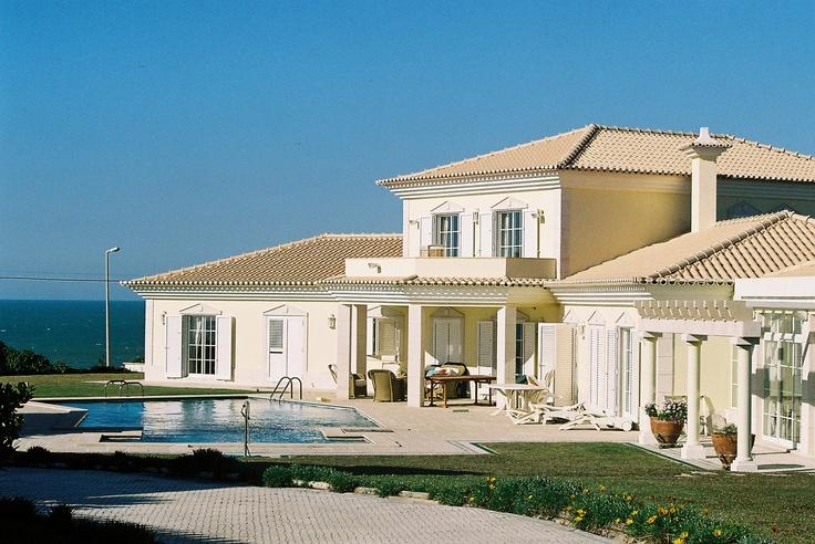 2 casas na Praia Grande, Sintra. Em conjunto acomodam 20 pessoas