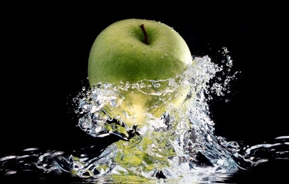 Обои чёрный, фон, яблоко, вода, капли, брызги картинки на рабочий стол, раздел макро - скачать