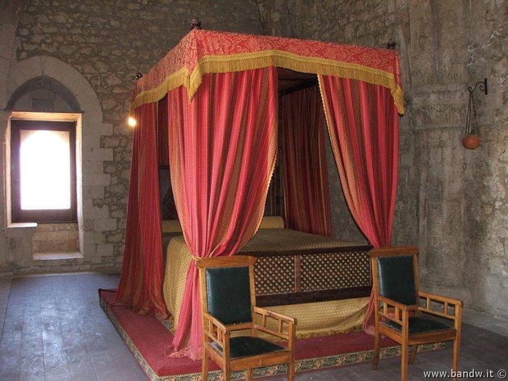 Castello di Mussomeli - Camera da letto con letto a baldacchino