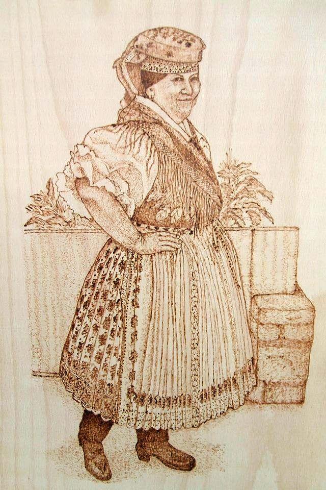 """Vaskó Gabriella """"Kazári öreg menyecske"""" c. pirográf alkotása"""