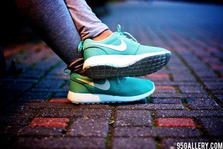 Nike Roshe Run Tropical Twist Model