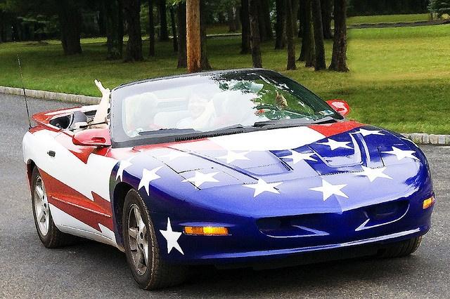 Auto mit roter, weißer und blauer Flagge