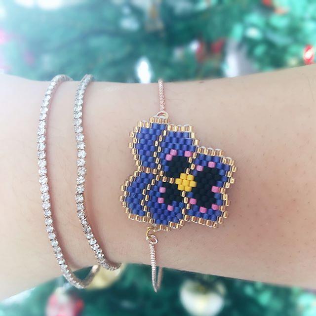 Luna helping me showcase my jewelry lol #miyuki #miyukiaddict #miyukiboncuk #miyukibeads #brickstitch #beadwork #beadworkjewelry #violet #menekse #bracelet #handmadejewelry