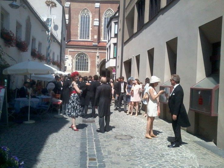 Der europäische Hochadel gibt sich ein kl. Stelldichein bei uns im Steiningers . Anlass ist die Hochzeit von Therese v. Einsiedel mit Prinz François d,Orleans.