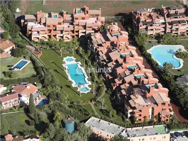 ltimas unidades de lujo, situadas en Guadalmina Baja, junto al campo de golf de Guadalmina, a 300 metros del mar, junto a un club de padel.Precios rebajados de 825.000 a 454.000 euros. Viviendas de 2 y 3 dormitorios2 dormitorios desde 454.000€, 190 m2 ( 142m2   58m2 terraza)3 dormitorios desde 548.000€, 227 m2 ( 176m2   51m2 terraza)   Bajos con terrazas de 86 m2, aire acondicionado frio calor, cocinas equipadas completas, suelos radiantes en baños, armarios forrados y con cajone...