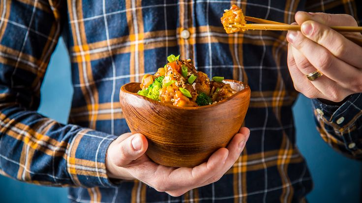 Recycle your take-out menu and delete your food delivery app, you don't need them anymore. Now you can enjoy take-out at home with this Crispy General Tso Tofu Bowl.