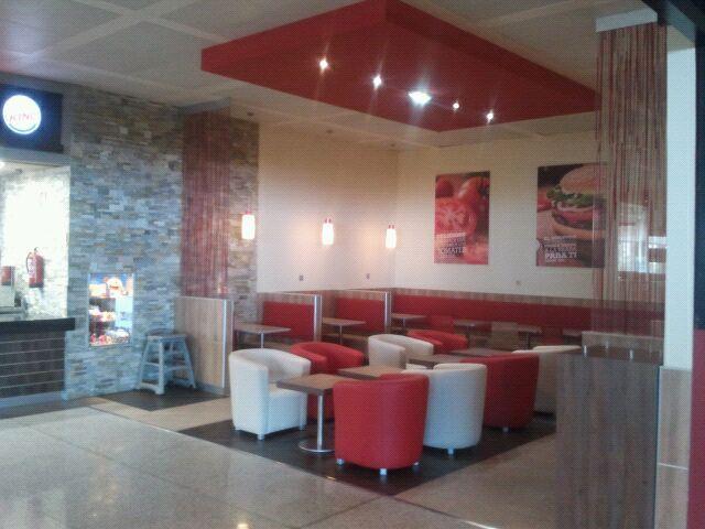 Detalle del proyecto de iluminación led en el restaurante Burger King del Aeropuerto de Málaga, zona comedor.